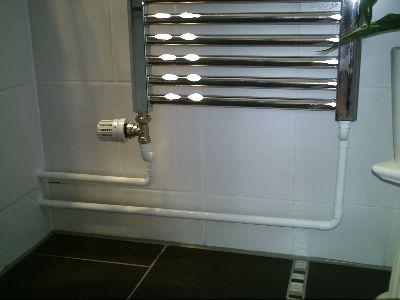 verchromter heizk rper im badezimmer. Black Bedroom Furniture Sets. Home Design Ideas